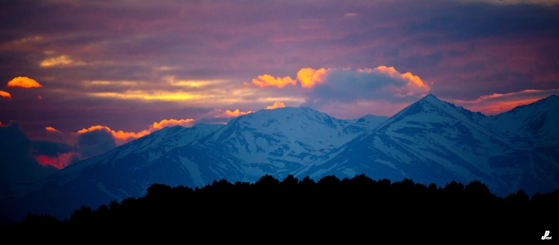 Els últims raigs de sol il·luminen el cel sobre el massís del Canigó